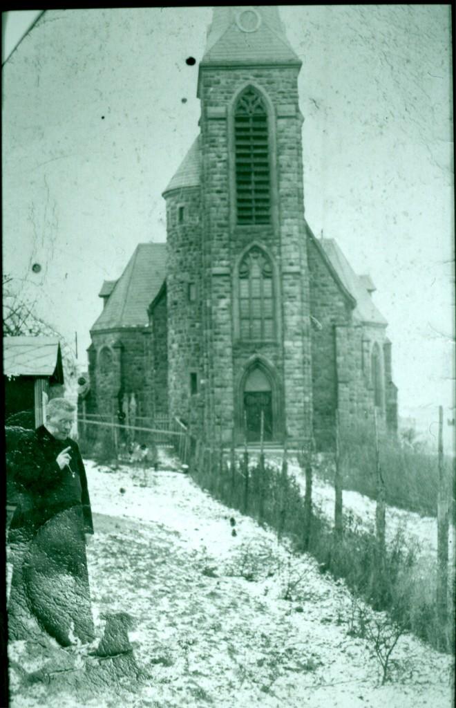 1930 Kirche mit Pfarrer Schoenemaekers